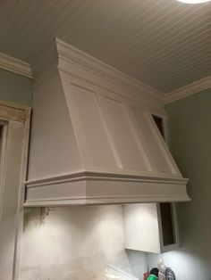Confessions of a DIY-aholic: How to build a shaker style range hood Kitchen Vent Hood, Kitchen Stove, Kitchen Redo, Kitchen Range Hoods, Kitchen Ideas, Kitchen Exhaust, Wooden Vent Hood, Range Hood Cover, Kitchen Upgrades