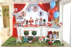 """Os personagens da história """"O Mágico de Oz"""" deram vida à comemoração do aniversário de dois anos de uma menina. A La Belle Vie Eventos (labellevieeventos.com.br), responsável pela festa, usou bonecos de Dorothy, Homem de Lata, Espantalho e Leão Covarde na mesa do bolo"""