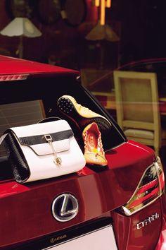 버클 장식이 돋보이는 고급스러운 파이톤 소재의 블랙 & 화이트 '줄리' 백, 펀칭 디테일로 세련된 멋을 더한 오렌지와 옐로 컬러의 발레리나 슈즈 모두 토즈.   Lexus i-Magazine 앱 다운로드 ▶ http://www.lexus.co.kr/magazine #CT #Fashion #Style #Trend #Magazine #Car #Lexus
