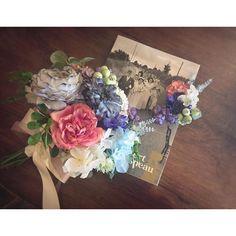 花嫁さまのオーダーブーケ** ・  先日レッスンで作られた花かんむりに合わせて、ブーケとブートニアをオーダーにお越し下さった花嫁さま(*^^*) ・  ハワイでのロケーションフォトにも映えるように、赤いお花をポイントにナチュラルなクラッチブーケにお仕上げしました*・゜・*:.。 ・  まもなくハワイへ出発✨ どうぞ素敵なtripを✈️️ ✨  pono  #wedding#オンブラージュ#結婚式#プレ花嫁#ブーケ#クラッチブーケ#ブートニア#アーティフィシャルフラワー#花#ロケーションフォト#前撮り#ハワイ挙式#ハンドメイド#大阪#箕面