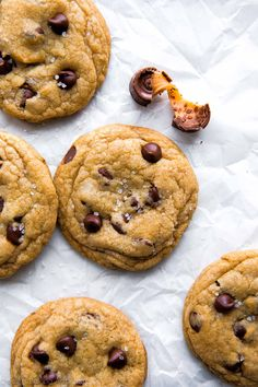 Thick, soft, chewy, and gooey salted caramel chocolate chip cookies are so simple to make using this easy cookie dough and Roll candies! Caramel Chocolate Chip Cookies, Salted Caramel Chocolate, Chocolate Caramels, Popular Cookie Recipe, Cookie Recipes, Frozen Cookies, Sallys Baking Addiction, Caramel Recipes, Homemade Cookies