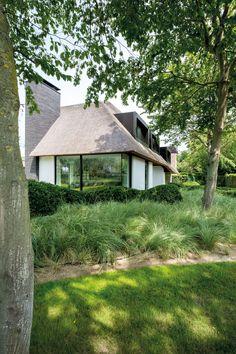 Home Sweet Home » Impressionant met riet en Mondriaan Dutch House, Belgian Style, Modern Farmhouse Exterior, Thatched Roof, Amazing Buildings, Villa, House Roof, Cozy House, Cottage