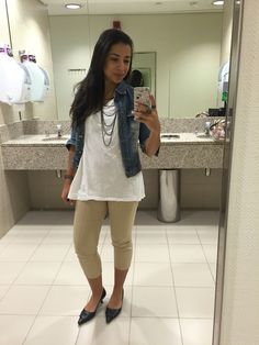 Calça capri bege, blusa branca, jaqueta jeans