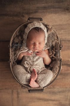 Newborn Pictures, Baby Pictures, Baby Kicking, Newborn Photography Props, Pregnant Mom, Baby Sleep, Mom And Dad, Cute Babies, Baby Boy