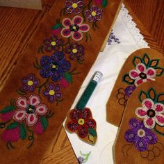 pin by r g c on beading Native Beadwork, Native American Beadwork, Loom Patterns, Beading Patterns, Beading Ideas, Beaded Moccasins, Baby Moccasins, Beadwork Designs, Bead Sewing