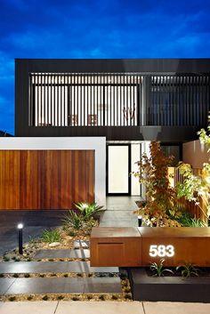 Love the timber garage door and letterbox Design Exterior, Facade Design, Modern Exterior, Timber Garage Door, Modern Garage Doors, Carport Garage, Pergola Carport, Modern Entrance, Diy Garage