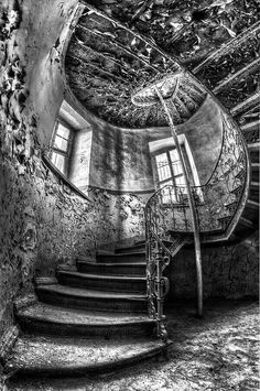 """Treppe mit zerrissener Tapete Treppe mit zerrissener Tapete Related posts:This """"Abandoned"""" House Looks Like It Hasn't Been Touched in 100 YearsBordjack Abandoned Buildings, Abandoned Castles, Abandoned Mansions, Old Buildings, Abandoned Places, Abandoned Library, Beautiful Architecture, Beautiful Buildings, Beautiful Places"""