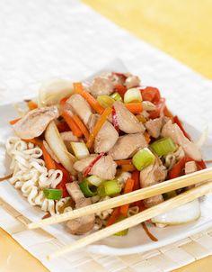 En deilig wok med marinert kyllingfilet og nudler. Nudler gjør seg godt i wok…