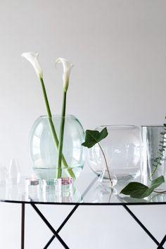 Velká skleněná váza: Velká kulatá skleněná váza. Horní průměr 14 cm, výška 22 cm.