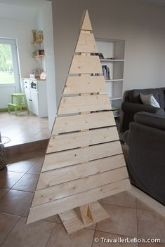 Making a wooden Christmas tree Wooden Christmas Decorations, Pallet Christmas Tree, Christmas Home, Pallet Tree, Family Tree Art, Pallet Crafts, Xmas Crafts, Omelette, Artemis