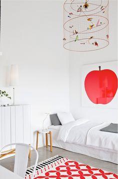 Jolie chambre d'enfant. Tableau Pomme rouge, suspension volière Mathieu Challieres, chaise tolix