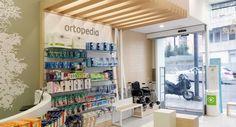 Proyecto de diseño, mobiliario y reforma de la farmacia Calle Coruña, entra y mira las imágenes de la farmacia Hospital Architecture, Stationary Shop, Phone Shop, Cosmetic Shop, Conceptual Art, Retail Design, Store Design, Pharmacy, Lockers