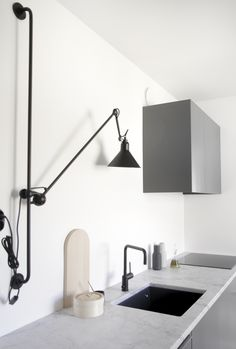 minimal kitchen start to add some special bright and bold touch to create the perfect modern kitchen with mid-century modern lamps. Minimal Kitchen Design, Kitchen Lighting Design, Minimalist Kitchen, Interior Lighting, Gray Interior, Interior Design, Modern Interior, Design Design, Design Ideas