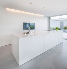 lines, clear structures and plain shapes. Colour concept: White A house in Switzerland: discreet design in combination with HI-MACS® Simple lines, clear structures and plain shapes. Colour concept: White lines, clear structures and plain shap Minimal Kitchen, Modern Kitchen Design, Interior Design Kitchen, Open Plan Kitchen, New Kitchen, Home Decor Kitchen, Home Kitchens, Cuisines Design, Küchen Design