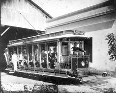 A foto é de 1900 e mostra um carro aberto, da linha Barra Funda – Santa Efigênia, saindo da garagem com convidados. Fonte: Museu da Energia