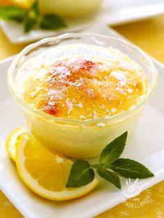 Il Soufflé al limone è un dolce al cucchiaio profumato e molto buono. Delicato, facile da preparare e velocissimo, renderà felice tutta la famiglia!