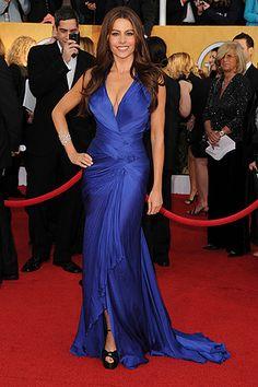 Sofia Vergara posó en la alfombra roja con un vestido sirena azul eléctrico de Roberto Cavalli y joyas de Chopard.