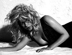 H διάσημη pop star Shakira φωτογραφήθηκε για το cover story ElleUS.
