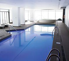 Piscine intérieure Evolo 1 Montreal, Swimmers, Condominium, Interiores Design, Architecture Design, Indoor, Water, House, Outdoor Pool