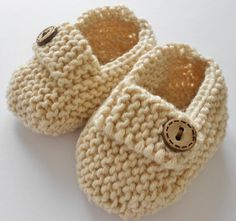 Items similar to Baby unisex gift set - oatmeal hand knit baby loafers, matching gift bag and cute chick gift tag on Etsy Knit Baby Shoes, Knit Baby Booties, Crochet Baby Clothes, Knit Slippers Free Pattern, Crochet Slippers, Baby Knitting Patterns, Hand Knitting, Zara Mini, Unisex Gifts
