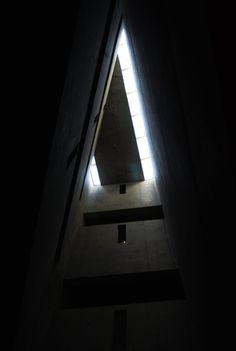 Galería de Plataforma en Viaje: Museo Judío de Berlín, Daniel Libeskind - 16 Daniel Libeskind, Arch Light, Contemporary Museum, Interior Architecture, Interior Design, Jewish Museum, Exhibition Space, Light And Shadow, Mid-century Modern