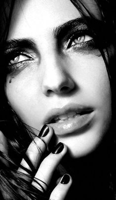 Black and White Portrait Photography: Expert Advice That Helps You Succeed – Black and White Photography Black And White Portraits, Black White Photos, Black And White Photography, Face Photography, Photography Women, Girl Face, Woman Face, Art Visage, Fotografia Macro