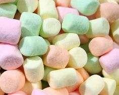 La ricetta per fare in casa i marshmallows non è facile. Ma il risultato è da leccarsi i baffi, per avere questo dolcetto che fa impazzire grandi e piccini.