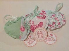 Souvenir para baby shower de niña elaborado con tela estampada en forma de corazones y poupurri