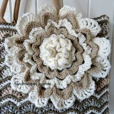Grote bloem met beschrijving patroon. Knitting Projects, Crochet Projects, Crochet Flowers, Crochet Decoration, Make Your Own Clothes, Ibiza Fashion, Freeform Crochet, Irish Lace, Crotchet