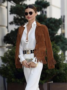 Chicest Way to Wear Your Fringe Jacket Miranda Kerr drapes a fringe jacket on top of her belted white jumpsuit with black/gold accents. //Miranda Kerr drapes a fringe jacket on top of her belted white jumpsuit with black/gold accents. Look Fashion, Autumn Fashion, Fashion Outfits, Womens Fashion, Fashion Trends, Paris Fashion, Style Miranda Kerr, Fringe Fashion, Fringe Jacket