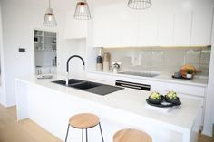 What kitchen configuration is right for you? A guide to the most popular kitchen configurations. Modern and simple black and white kitchen, white kitchen, black sink in white kitchen One Wall Kitchen, Galley Style Kitchen, Wood Floor Kitchen, All White Kitchen, Kitchen Layout, Modern U Shaped Kitchens, Modern White Kitchens, Modern Kitchen Sinks, Simple Kitchen Design