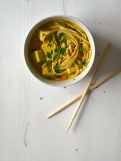 Caril com sabores tailandeses de noodles, tofu e amendoim