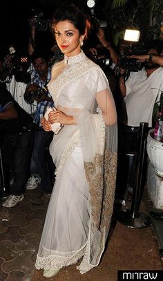 Deepika Padukone, who will next be seen in Sanjay Leela Bhansali's Ram Leela opposite Ranveer Singh, came dressed in a beige Anamika Khanna sari for the birthday party. The actress completed her look with red lips. Deepika Padukone Saree, Sonakshi Sinha, Deepika In Saree, Kareena Kapoor, Indian Dresses, Indian Outfits, Asian Fashion, Look Fashion, Sari Bluse