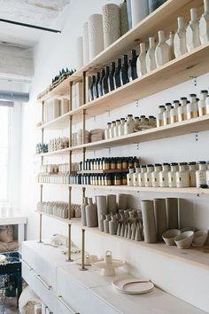 Ceramic Shop, Ceramic Studio, Boutique Interior Design, Boutique Decor, Retail Interior Design, Bar A Vin, Retail Store Design, Small Store Design, Retail Stores