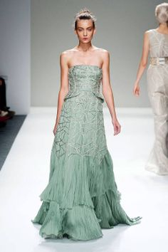 Bibhu Mohapatra Spring 2014 Ready-to-Wear Runway - Bibhu Mohapatra Ready-to-Wear Collection Ny Fashion Week, Runway Fashion, Fashion Show, Fashion Drug, Fashion 2014, Fashion Weeks, Bibhu Mohapatra, Emerald Dresses, Beautiful Gowns