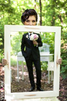 Bruid met spiegel en spiegelbeeld bruidegom