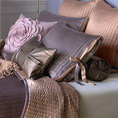 Как грамотно применять декоративные подушки в интерьере? Какого цвета лучше выбрать диванные подушки в интерьере? Как их комбинировать?