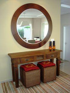 Espelho, tapete, puff e aparador