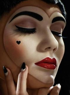 love this, halloween make-up, pretty doll makeup for Halloween, heart face makeup.I wanna do this on Halloween. For a queen of hearts Halloween Noir, Cool Halloween Makeup, Scary Makeup, Mime Makeup, Halloween Queen, Halloween Ideas, Pretty Halloween, Awesome Makeup, Theatrical Makeup