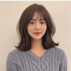 28 Cute Hairstyles for Medium Length Hair (Popular for - Style My Hairs Asian Short Hair, Girl Short Hair, Short Hair Korean Style, Medium Hair Cuts, Medium Hair Styles, Long Hair Styles, Permed Hairstyles, Hairstyles With Bangs, Korean Hairstyles Women
