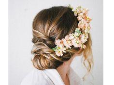 Peinado de novia recogido con flores de lado