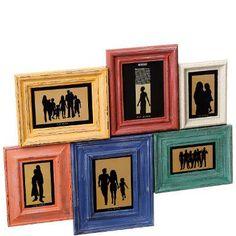 6 Schnappschüsse von Freunden und Verwandten, Haustierfotos oder Urlaubsbilder finden Platz in diesem Memories-Rahmen, der aus 6 Einzelrahmen in verschiedenen Farben zusammengesetzt ist. Bleibt nur die Frage, welche von Ihren vielen tollen Fotos es denn sein sollen. Mit zwei Ösen zum Aufhängen.