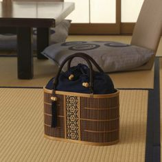 Back to the Japanese Edo period in the early 17th century, Suruga's Bamboo lattice ware was born and soon became an art. At the foot of Mount Fuji, in Shizuoka, Japan reside some of the 11 remaining people in the world who still master the art of Japanese lattice ware. Made 100% by hand only with japanese product. More informations to come.... www.hobosociety.com www.facebook.com/...