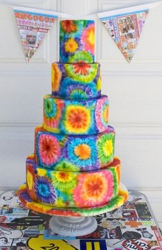 For a fun summer-of-love party vibe, create these easy & fun tie-dye cupcakes, with this step-by-step tutorial. (Cool Desserts For Parties) Bolo Tye Dye, Tye Dye Cake, Tie Dye Cupcakes, Pretty Cakes, Cute Cakes, Beautiful Cakes, Yummy Cakes, Amazing Cakes, Crazy Cakes