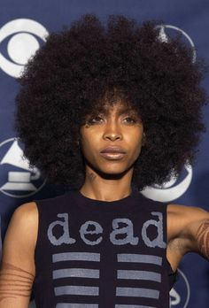 Love this girl Erykah Badu!!! I just wanna sink my fingers into all that hair!!!! Lol