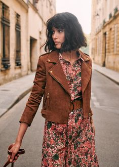 The woman biker jacket is a French staple: timeless and effortless chic! Selection of the best premium leather jacket at an affordable price - Sezane brown leather jacket Look Hippie Chic, Estilo Hippie Chic, Hippie Style, Bohemian Style, Boho Chic, Fashion Tips For Women, Fashion Brands, Fashion Hacks, Fashion Advice