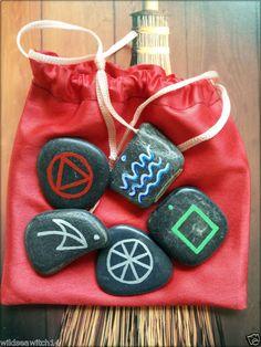 Les cinq éléments dessinés sur des pierres datant des Guerres élémentaires