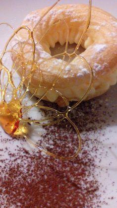 Rosquillas patê choux rellenas con crema pastelera de vainilla Deco: lluvia de cacao y figura de caramelo