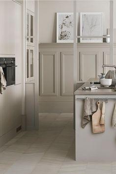 Upptäck vår färg Sand ur färgkollektionen Jordnära. Sand är inspirerad av våra sandstränder som vi hittar längs vår vackra kust. En beige nyans som växlar mot ljusgrått men som behåller sin värme, precis som en sandstrand i skymningen. Kitchen Pantry Design, Kitchen Cabinetry, Beige Kitchen, Rustic Kitchen, Rustic Wallpaper, Cocinas Kitchen, Modern Kitchen Interiors, Scandinavian Home, Kids House