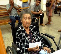 Dona Jovita Muniz Ramos tem 105 anos, 8 irmãos, 5 filhos, 21 netos, 36 bisnetos e 3 tataranetos. Mas, apesar da longa história de vida, dona Jovita nunca havia tirado a Carteira de Identidade. Esta semana ela foi levada pela neta Tatiane Muniz de Ramos Pires ao Poupatempo Itapeva para tirar o primeiro RG. A neta conta que Jovita nasceu em Iporanga e sempre viveu na região de Apiaí.